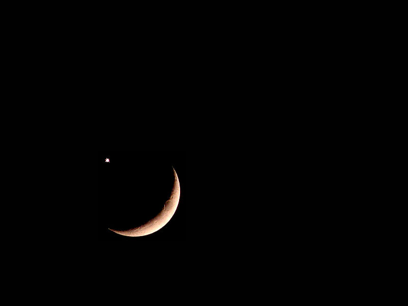 red crescent moon today - photo #1